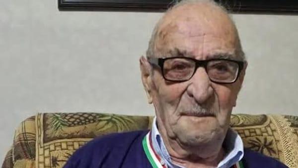 Aula consiliare in festa, nonno Stefano Agnello spegne cento candeline