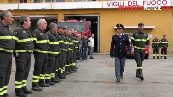 L'abbraccio della polizia e degli alunni ai vigili del fuoco per la tragedia dell'Alessandrino