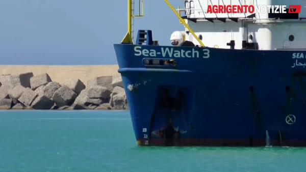 """Riecco la """"Sea Watch 3"""", la nave solidale arriva a Porto Empedocle: le immagini"""