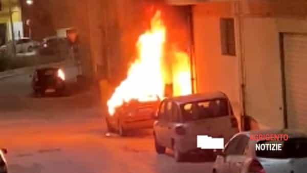 """Il """"falò"""" di auto a Canicattì: acquisiti filmati di videosorveglianza ed elicottero dell'Arma in azione"""