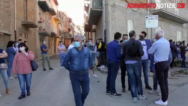 """Più di cento siculianesi in """"marcia"""", i cittadini: """"Chiudete subito Villa Sikania"""""""