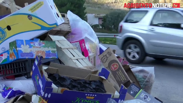 Chiude l'isola ecologica, spuntano i problemi: centinaia di sacchi per strada