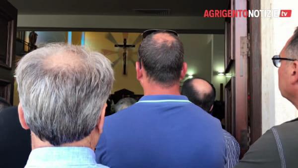 Un cuore rosso fra tanti palloncini bianchi e i tammurinara di San Calò: Fontanelle saluta Alfonso