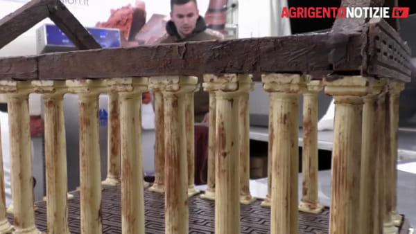 Gusto e beneficenza, maestro pasticcere dona un maxi tempio della Concordia in cioccolato