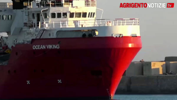 La lunga attesa della Ocean Viking: tamponi negativi per 150: tutti sulla Moby Zazà