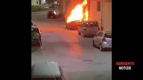 """Brucia Canicattì: cinque auto inghiottite da più incendi, nessun dubbio: stessa """"mano"""" in azione"""