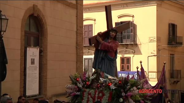 """Venerdì Santo, centinaia di fedeli """"accompagnano"""" la Via Crucis"""