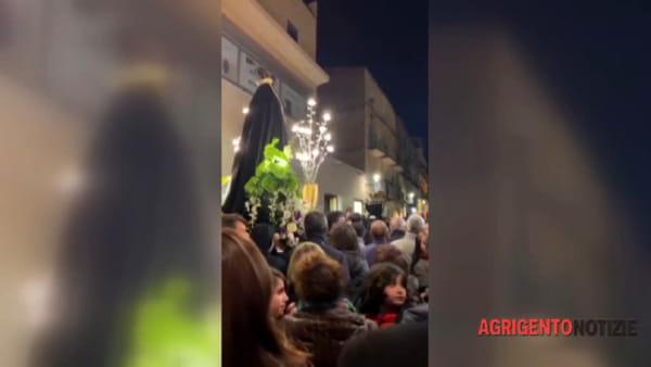 Migliaia di fedeli alla processione serale del venerdì santo, ecco le immagini