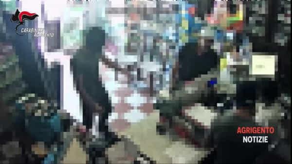 Coltello o pistola giocattolo: ecco come rapinavano farmacie e tabaccheria, le immagini