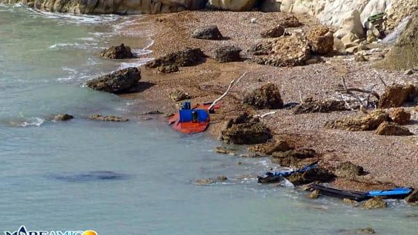 """Sbarchi fantasma, Mareamico: """"Le barche dimenticate inquinano il mare"""""""