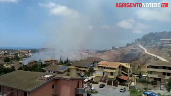Panico e paura al Villaggio Mosè, fiamme lambiscono le abitazioni: ecco le immagini