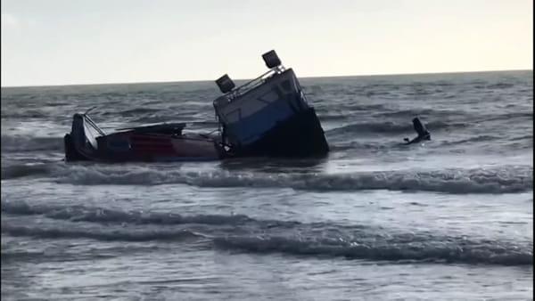 Relitti sulla spiaggia di Torre Salsa, Guardia costiera sequestra area