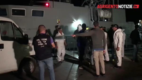 Naufragio a Lampedusa, si teme una strage: le immagini dell'arrivo dei cadaveri e dei superstiti al molo Favarolo