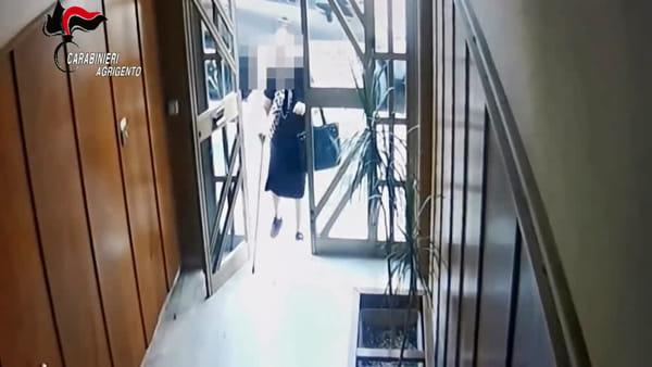 Aggredisce, picchia e rapina un'anziana che sale in ascensore: ecco le immagini
