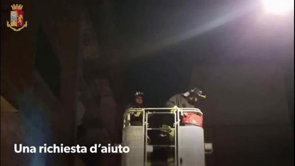 Senza acqua, né cibo da giorni: polizia e vigili del fuoco salvano un cucciolo