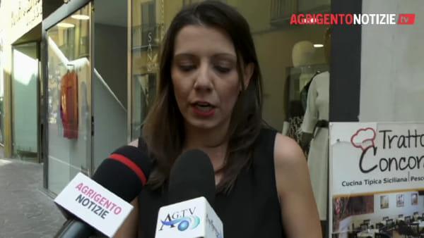 """Rifiuti davanti alla vetrina del negozio in via Atenea, le titolari: """"Situazione insostenibile"""""""