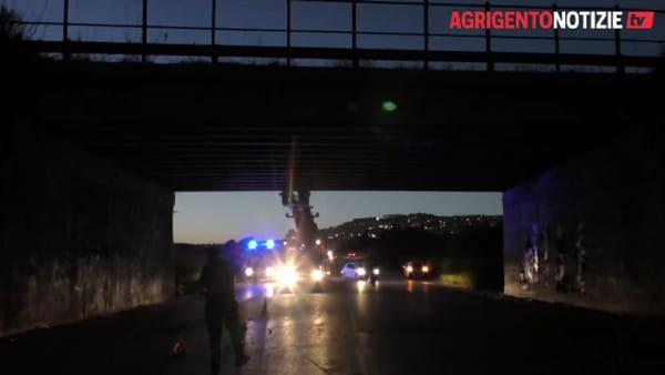 Crollo di calcinacci dal cavalcavia: paura in via Crescente e strada interdetta