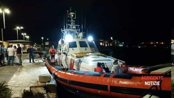 Seconda evacuazione medica in 7 ore: 4 migranti lasciano l'Open Arms, le immagini