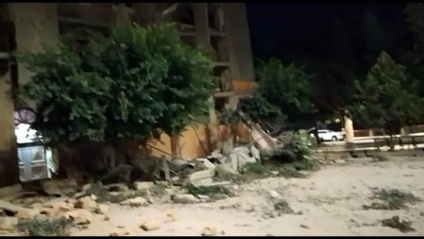 Crolla ponteggio in piazza Cavour, s'è rischiata la tragedia: ecco le immagini