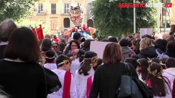 """Maschere e festa: in via Atenea arriva il """"Carnevale del Mandorlo"""""""