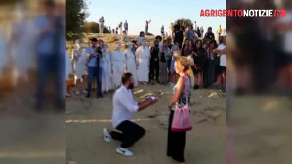"""""""Vuoi sposarmi?"""", romantica proposta di matrimonio all'alba nella Valle dei Templi"""
