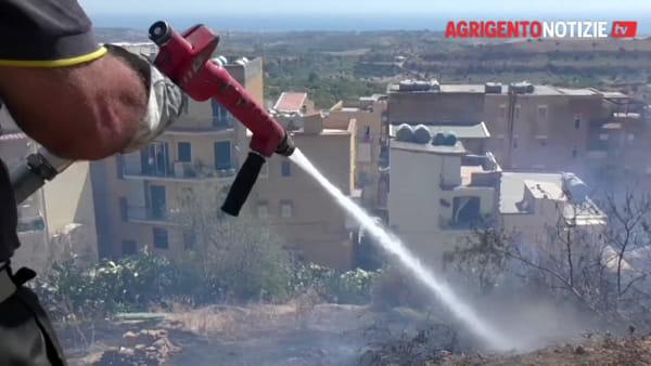 Fiamme fra i palazzi, paura per 4 bombole di gas: provvidenziale l'intervento dei vigili del fuoco
