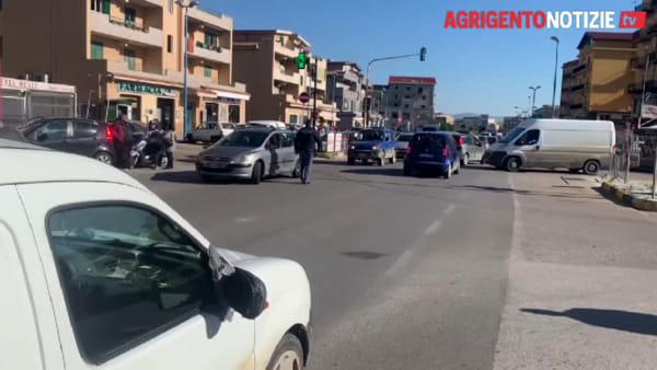 Travolta da un furgone mentre attraversava la strada, fratture e traumi per un'anziana