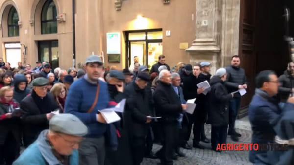 """La via Crucis del centro città, centinaia di fedeli """"sfilano"""" in silenzio"""