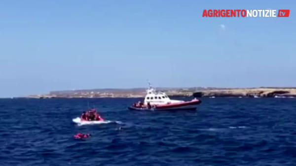 Open Arms, è allerta massima a Lampedusa: migranti si lanciano in acqua