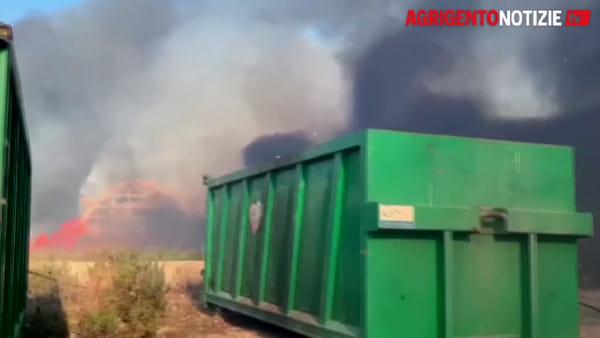 Incendi senza sosta, brucia Porto Empedocle: in fiamme l'isola ecologica
