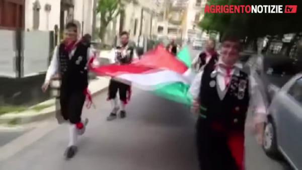 Un tricolore lungo le strade della città: Favara festeggia la Repubblica con ... le immagini
