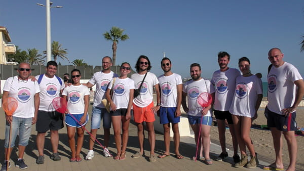 """Volontari puliscono la spiaggia di piazzale Giglia, Sodano: """"A due passi da qui una discarica a cielo aperto"""""""
