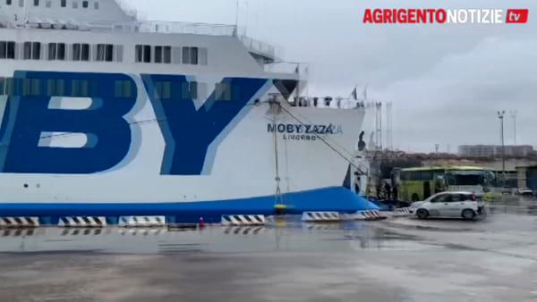 """Quarantena conclusa per 106 migranti della """"Moby Zazà"""": ecco le immagini dello sbarco"""