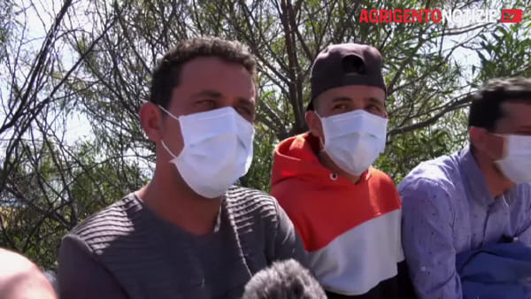 """Maxi sbarco a Palma di Montechiaro, i tunisini: """"Siamo qui per lavorare, preghiamo a Dio perché l'epidemia finisca"""""""