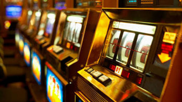Furto in tabaccheria, forzano una slot machine e portano via 600 euro