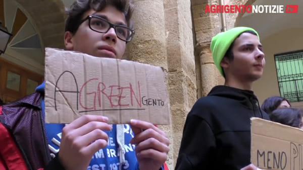 """I giovani ritornano a marciare contro i cambiamenti climatici: """"Servono risposte concrete"""""""