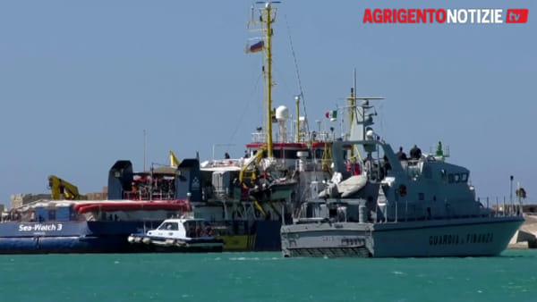 """La """"Sea Watch 3"""" a Porto Empedocle, i migranti non sbarcano: ritardi nel risultato del tampone da Covid 19"""