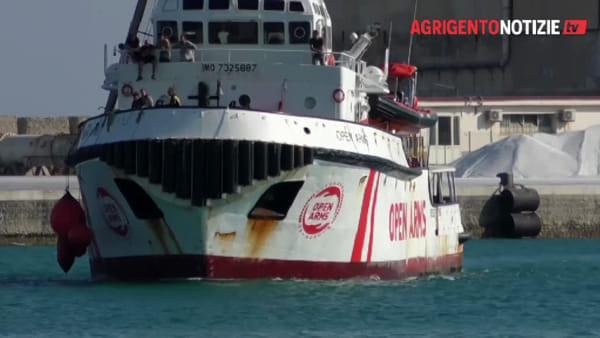 L'Open Arms ormeggia al molo Sciangula di Porto Empedocle, nessuna contestazione all'arrivo