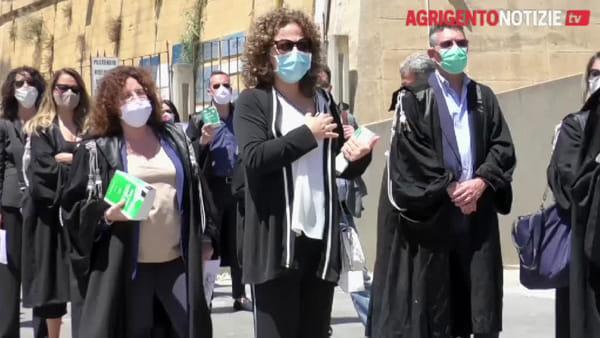 Giustizia sospesa, flash mob degli avvocati: cantano l'Inno e consegnano i codici