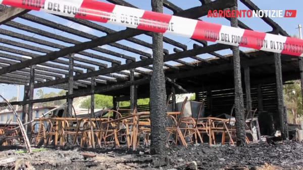 Devastato dalle fiamme il lido sulla spiaggia di Marinella: ecco quello che resta