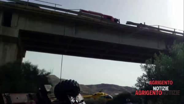 Trivella precipita dal viadotto: ferito il conducente, ecco le immagini