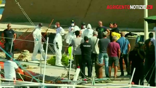 Naufragio di Lampedusa, al molo la salma del bimbo recuperato: commozione e lacrime