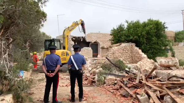 Abusivismo, le demolizioni hanno preso il via da cala Galera: ecco le immagini