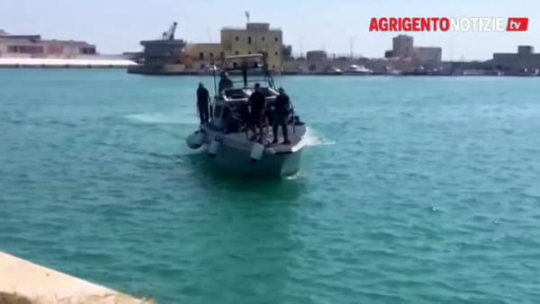 """Avrebbe dovuto essere uno sbarco fantasma? """"Carretta"""" bloccata e scortata fino a Porto Empedocle: ecco le immagini"""