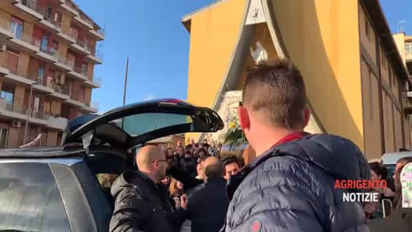 """Urla e disperazione per l'ultimo saluto a Massimo Aliseo, gli amici: """"Resterai uno di noi"""""""