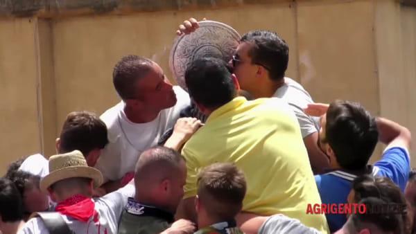 Il lungo e commosso abbraccio degli agrigentini a San Calogero