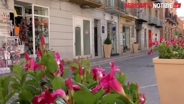 Avvio flop dei saldi estivi, pochi clienti e negozi vuoti in via Atenea