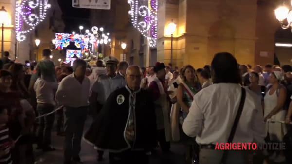 Migliaia di fedeli pregano e sperano ai piedi di San Calogero: il cielo si colora d'amore