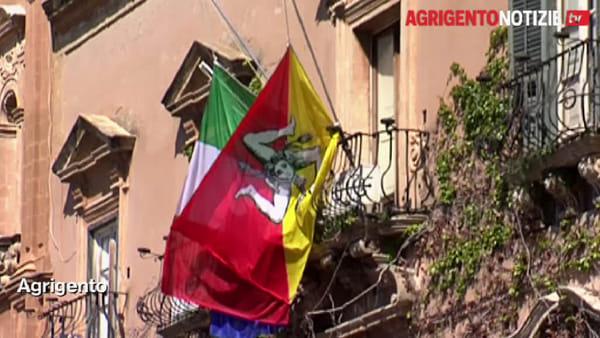 Silenzio e bandiere a mezz'asta, così i sindaci hanno ricordato le vittime del Coronavirus