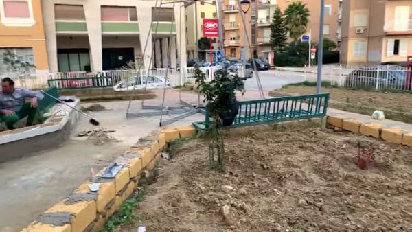 Quando un albero di Natale fa rinascere una villetta: lavori in corso al campo sportivo